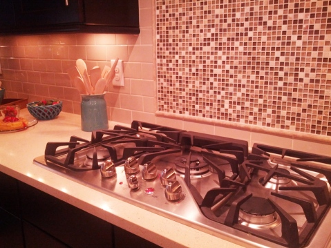 kitchen with gas stove and tile backsplash