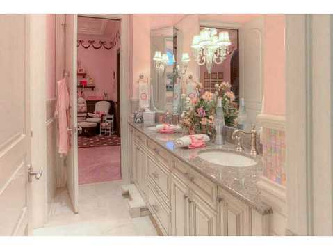 Prestigious Champions Club Home For Sale in Trinity, FL:  Elegant Bathroom